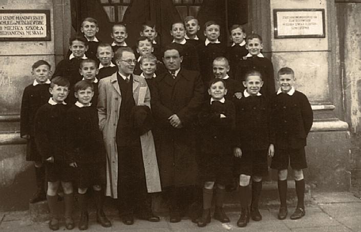 Tadeusz Paciorkiewicz z chłopcami z Res Sacra Miser